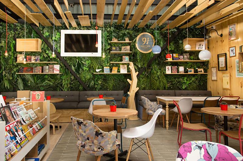 仿真植物墙装饰的书店