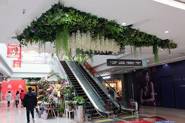 用仿真植物吊顶的商场