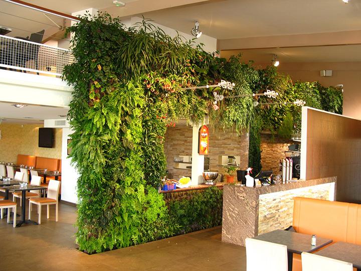 仿真植物墙装饰的餐厅就餐环境